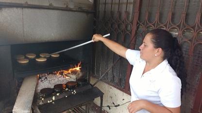 Señora cocinando arepas