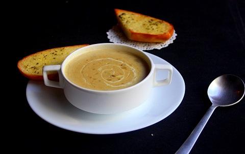 Sopa de dulce servida con un ponque